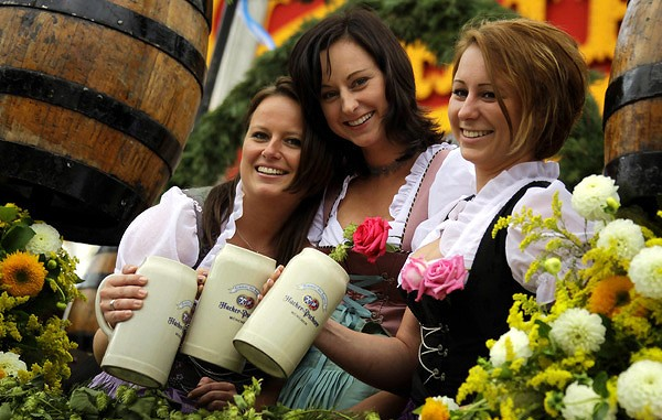 Waitresses-hold-their-beer-mugs-as-they-arrive-in-a-parade-for-the-opening-of-the-traditional-Bavarian-beer-festival-Oktoberfest